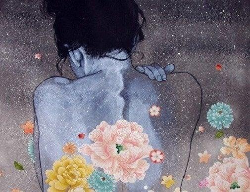 Donna con fiori sulla schiena