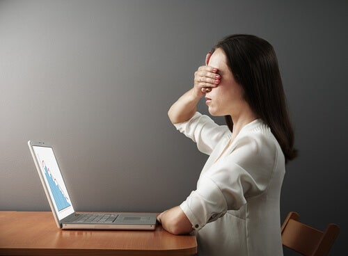 donna-di-fronte-il-computer-che-si-tappa-gli-occhi
