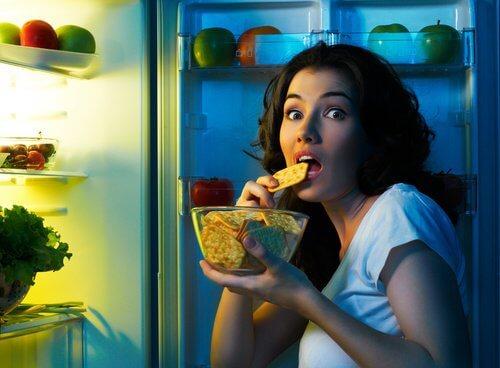 donna-fame-improvvisa-al-frigorifero