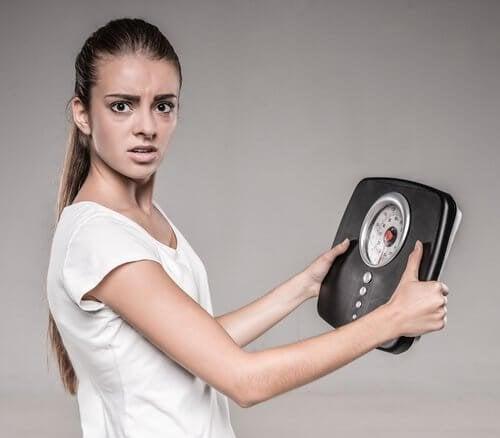 Donna preoccupata per il proprio peso