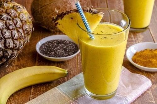 Un frullato di banana e curcuma per depurare il fegato