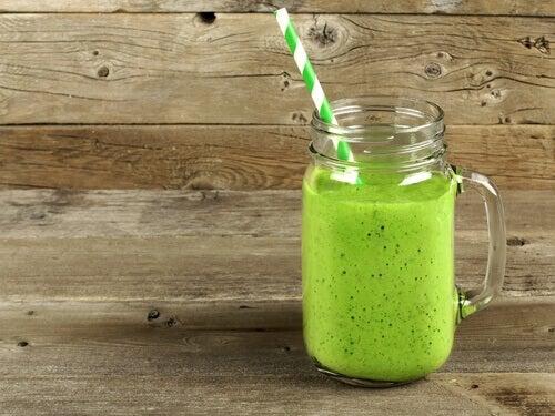 frullato verde con cannuccia