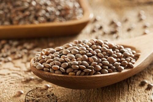 cucchiaio di legno con lenticchie crude