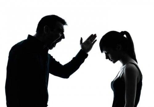 padre che sgrida la figlia atteggiamenti tossici