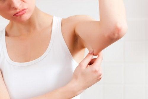 pelle flaccida-delle-braccia