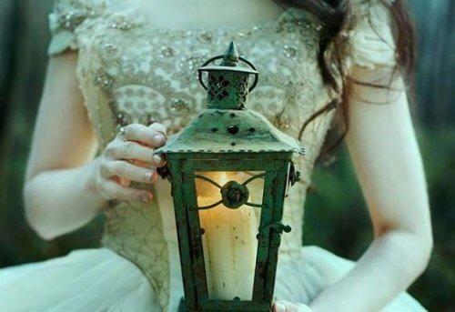 ragazza con lanterna