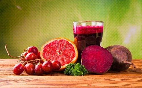 Succo di pompelmo, barbabietola e uva