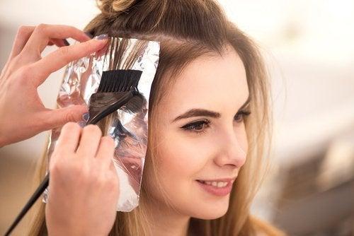 Tingere i capelli con i fogli di alluminio