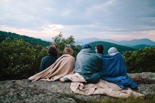 Gruppo di amici in montagna