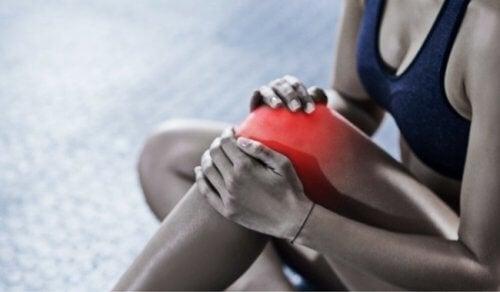 Donna con borsite al ginocchio