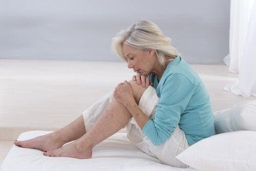 Donna con dolori alle gambe
