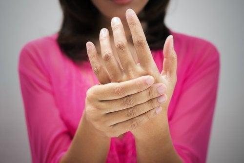 Donna con dolore alle mani