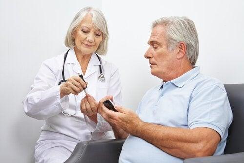 medico misura la glicemia a paziente