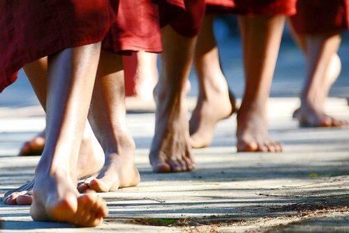 Meditare mentre si cammina per ridurre le emozioni negative