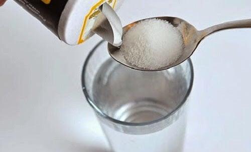 Un collutorio preparato con sale e acqua tiepida è un ottimo rimedio per trattare le gengive infiammate