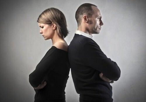 Coppia arrabbiata spalle contro spalle