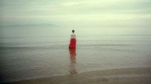 donna in silenzio immersa nella natura