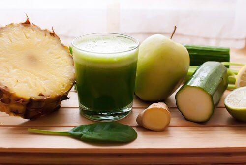 Drenare i liquidi con ananas, cetriolo ed equiseto