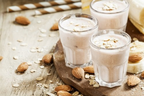 bicchieri con yogurt avena e mandorle