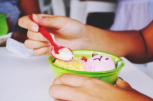 mani e coppetta di gelato