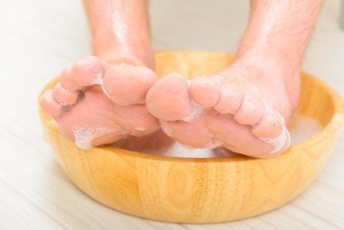 Pediluvio con aceto: un toccasana per i piedi