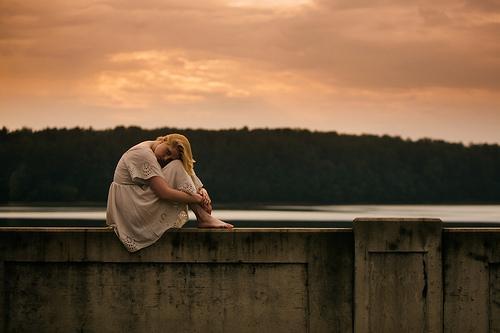 donna al tramonto silenzioso