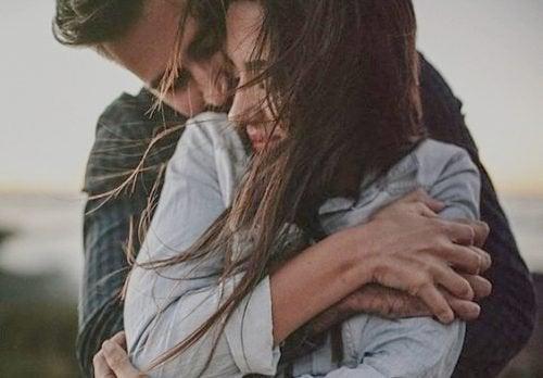 Gli abbracci fanno bene alla nostra salute emotiva