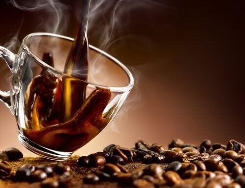 Il caffè ci fa apparire stanchi