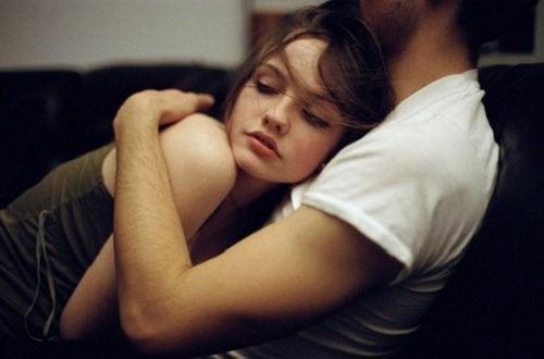 Gli abbracci tra due giovani
