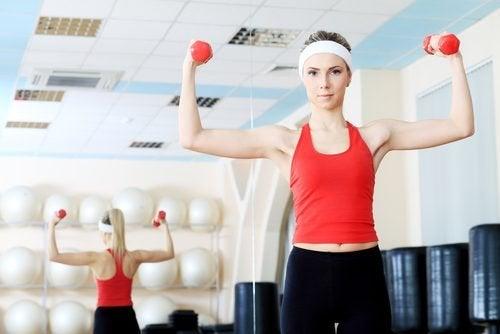Gli esercizi con i pesi sono un altro modo per rafforzare le spalle