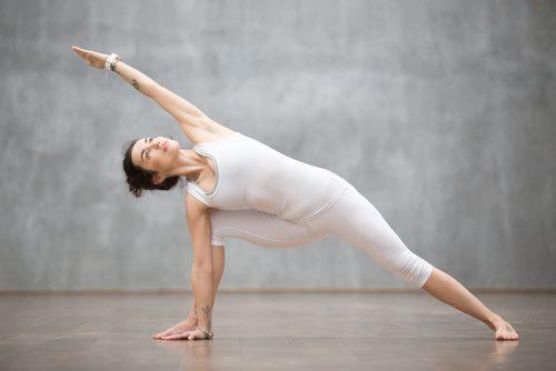 donna che fa stretching