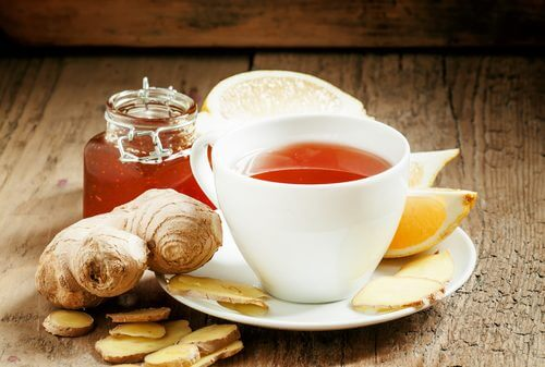 Tazza con tisana allo zenzero limone e miele