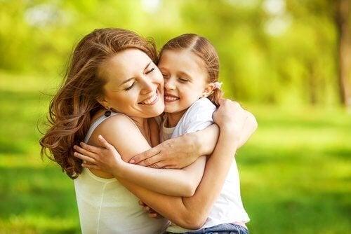 Abbracci tra mamma e figlia