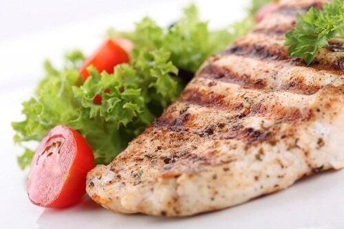 Filetto di pesce grigliato e insalata