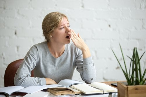 Ragazza sbadiglia mentre studia