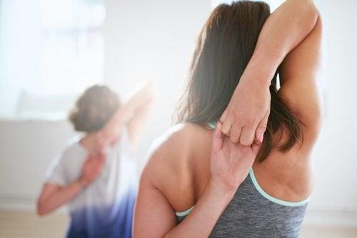 Lo stretching dei muscoli delle braccia allevia il dolore alle spalle e ne aumenta la flessibilità