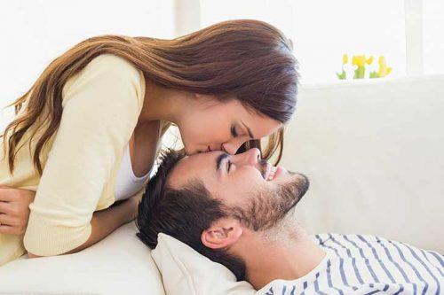 coppia sorridente che si bacia