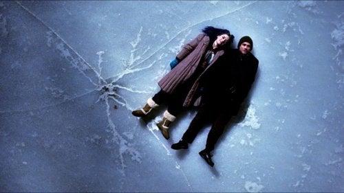 Coppia sul ghiaccio che sta per rompersi