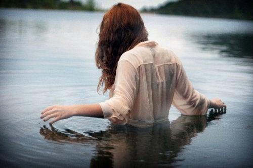 Donna in acqua, vestita