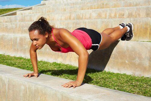esercizi per rafforzare braccia