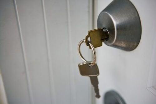 Mazzo di chiavi tra oggetti da disinfettare tutti i giorni