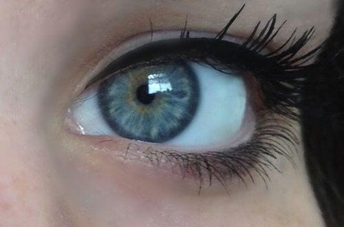 occhi di colore azzurro