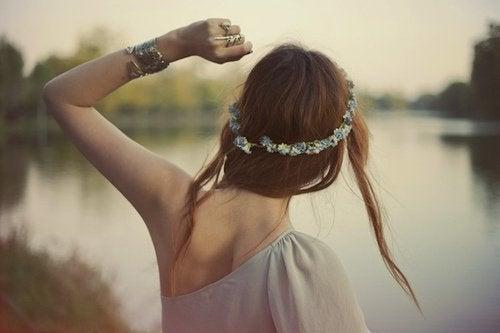 ragazza in riva al lago