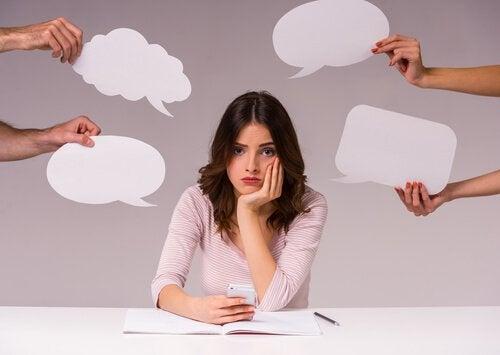 donna con la paura di prendere decisioni