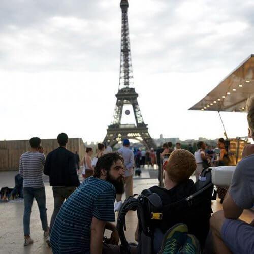 turisti davanti alla tour eiffel