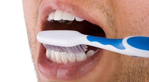 eliminare la placca dai denti