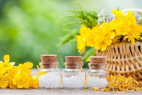 Fiori gialli e boccette con pillole