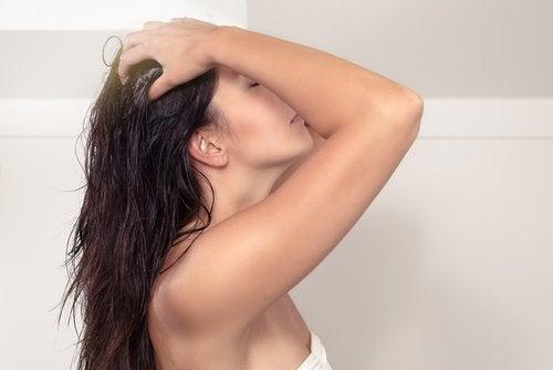 Donna che si massaggia i capelli