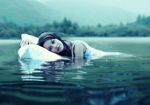 Donna galleggia in acqua