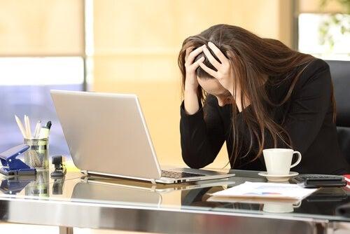 Donna al computer stressata